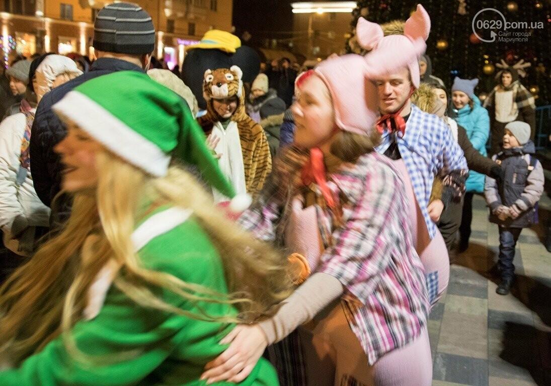Сказка началась! 18 самых говорящих фотографий с открытия мариупольской елки, - ФОТО, фото-15