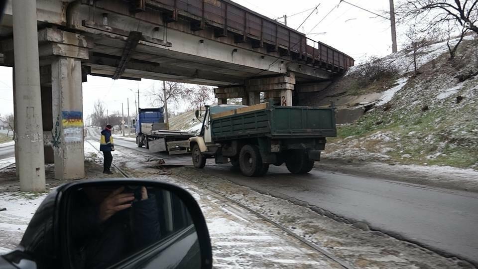 В Мариуполе МАЗ по дороге растерял железо, - ФОТО, фото-2