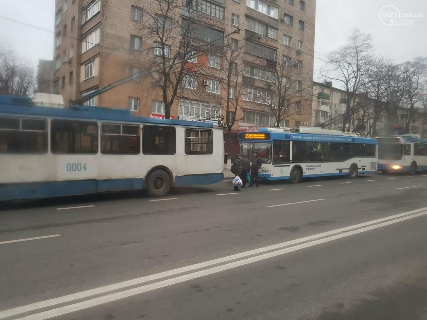 В центре Мариуполя парализовано движение троллейбусов, - ФОТОФАКТ, фото-2
