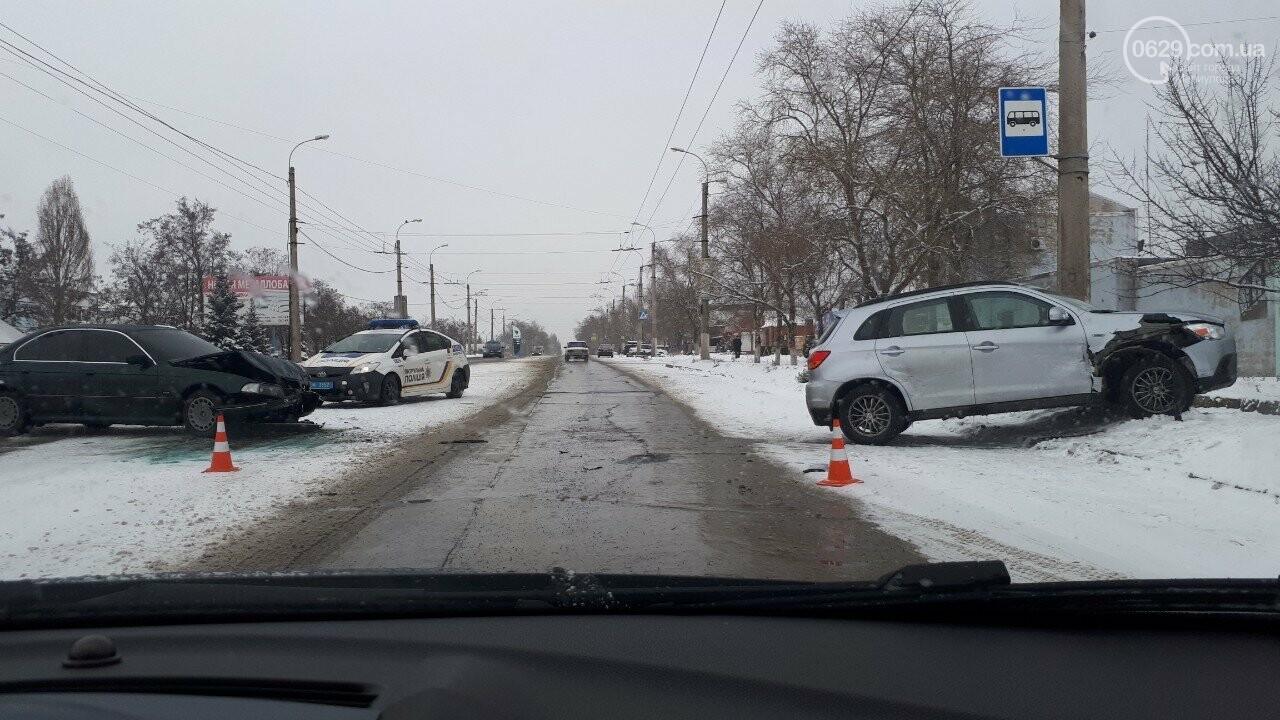 """В Мариуполе произошло лобовое столкновение """"БМВ"""" и """"Митсубиси"""", - ФОТО, фото-1"""