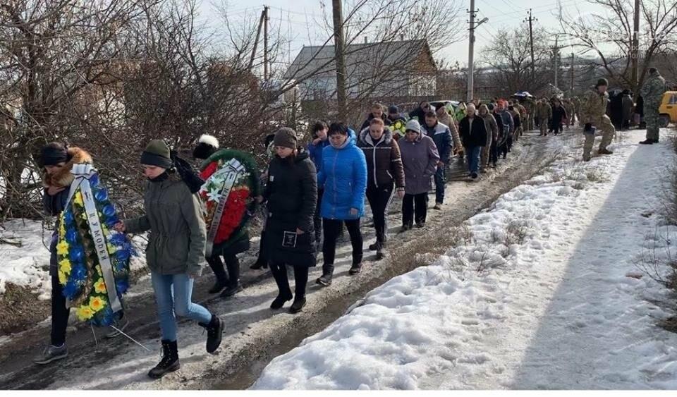 В поселке под Мариуполем похоронили бойца ВСУ,- ФОТО, фото-1
