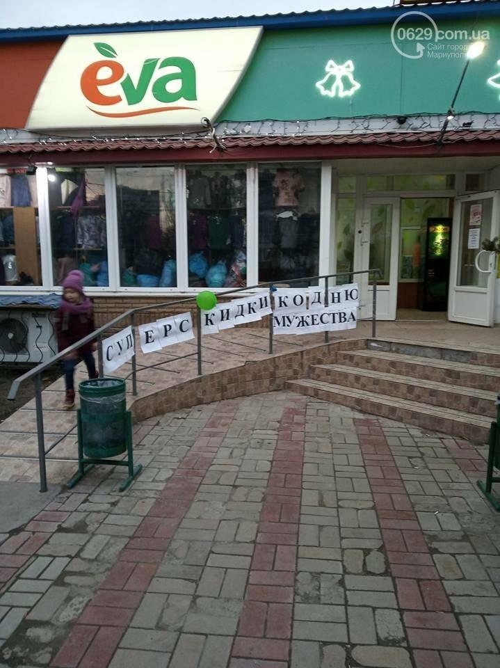 """Праздник оккупантов. В Мариуполе возле сетевого магазина появилась реклама ко """"дню мужества"""",- ФОТОФАКТ, фото-1"""