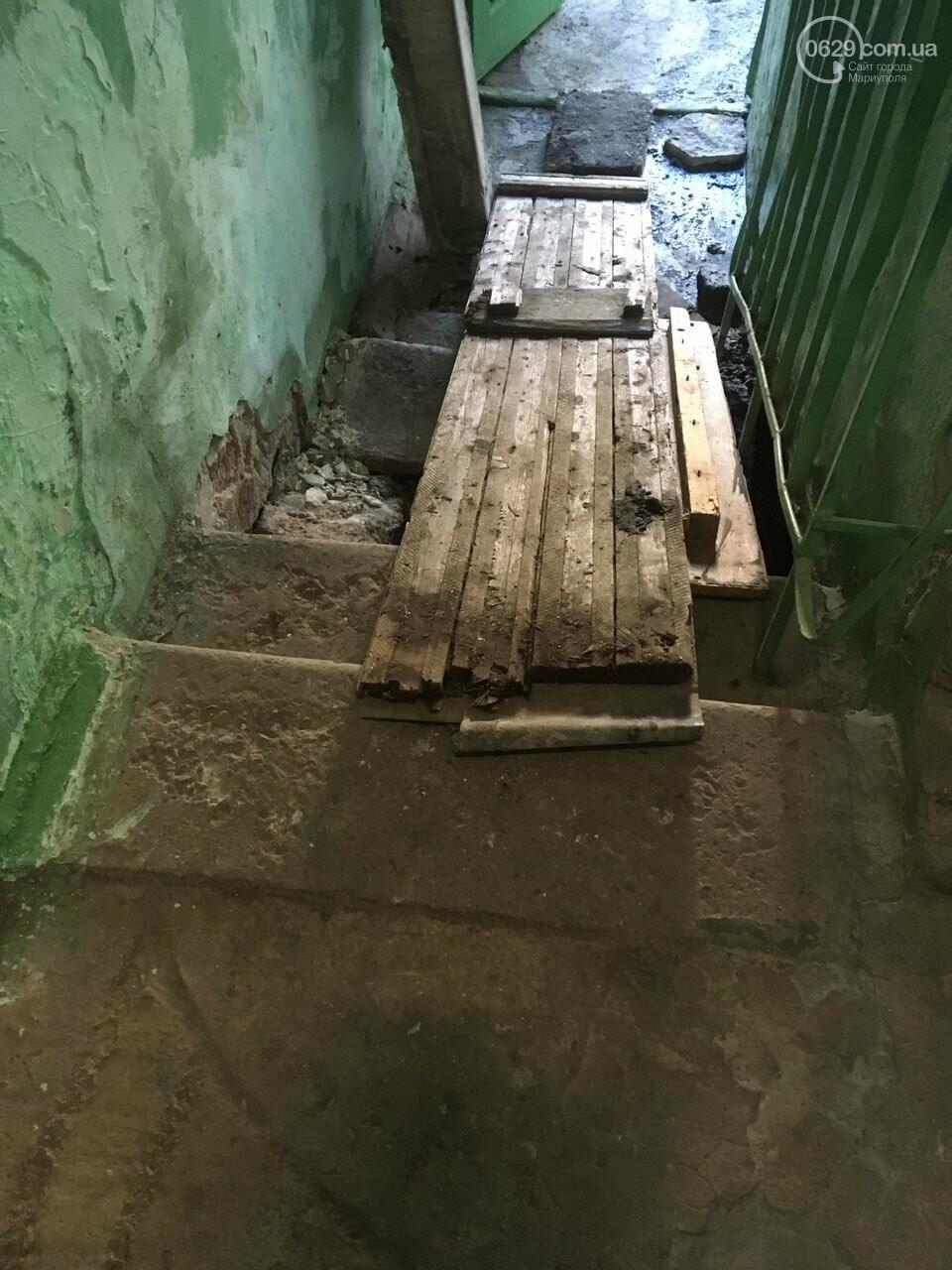 Это провал! В подъезде жилого мариупольского дома демонтировали ступени,- ФОТО, фото-2