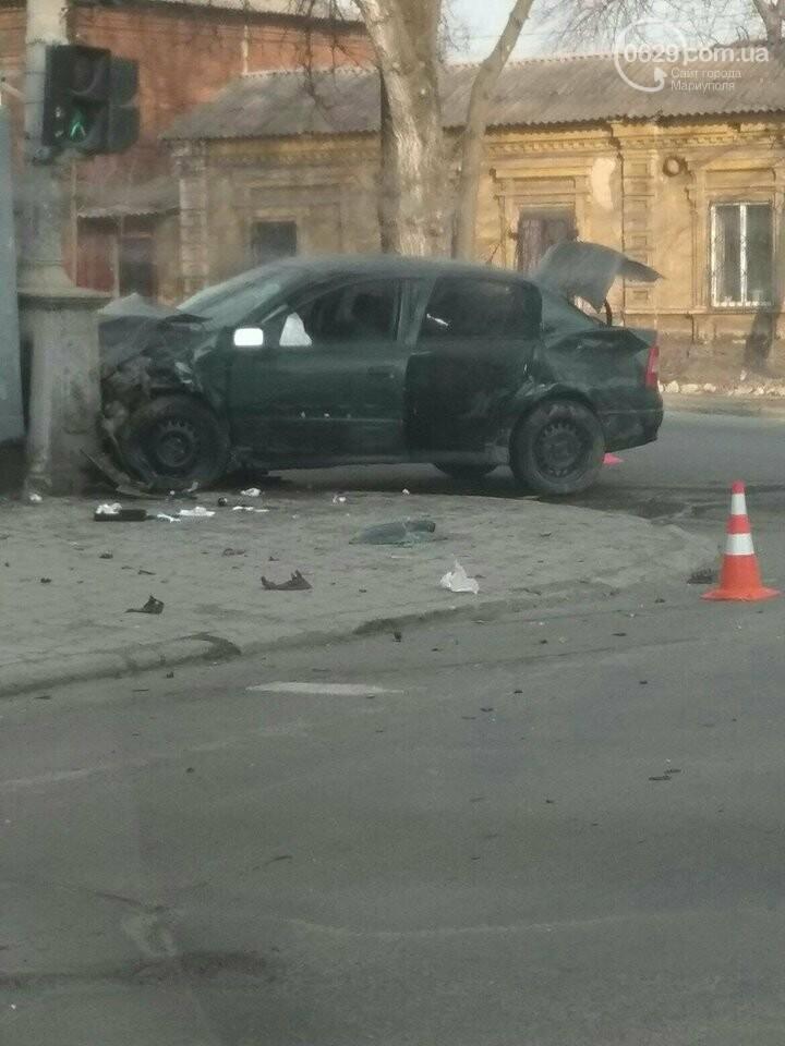 В центре Мариуполя автомобиль врезался в столб, - ФОТО, фото-1