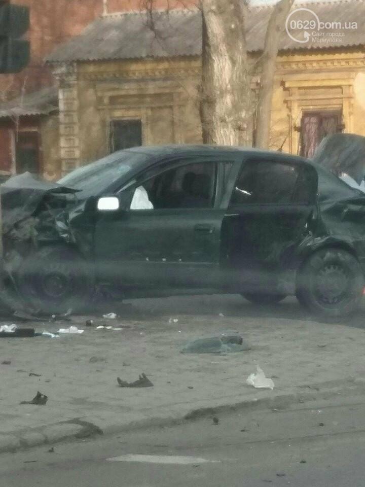 В центре Мариуполя автомобиль врезался в столб, - ФОТО, фото-2