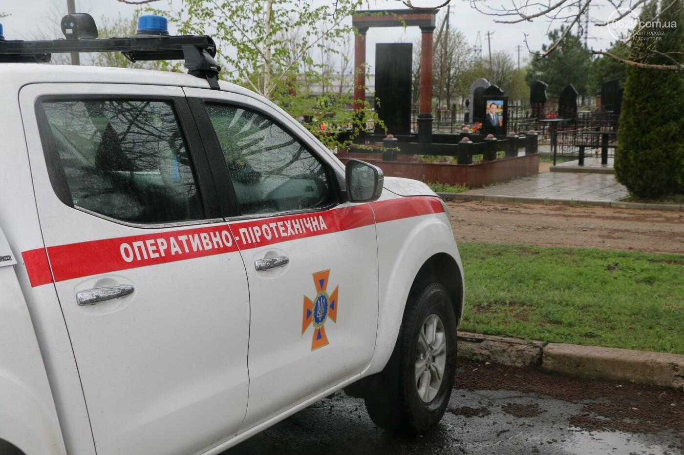 Пиротехники начали проверять безопасность кладбищ Мариуполя,- ФОТО, ВИДЕО, фото-6