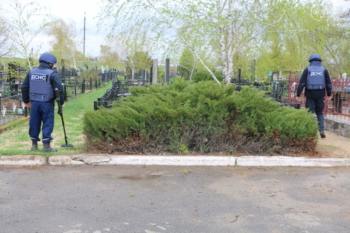 Пиротехники начали проверять безопасность кладбищ Мариуполя,- ФОТО, ВИДЕО, фото-4