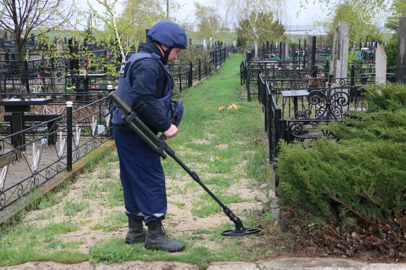 Пиротехники начали проверять безопасность кладбищ Мариуполя,- ФОТО, ВИДЕО, фото-1
