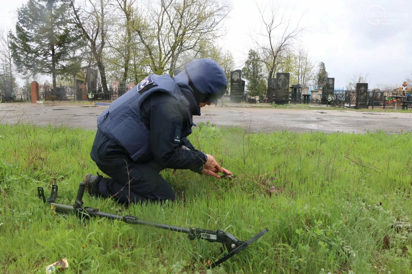 Пиротехники начали проверять безопасность кладбищ Мариуполя,- ФОТО, ВИДЕО, фото-8