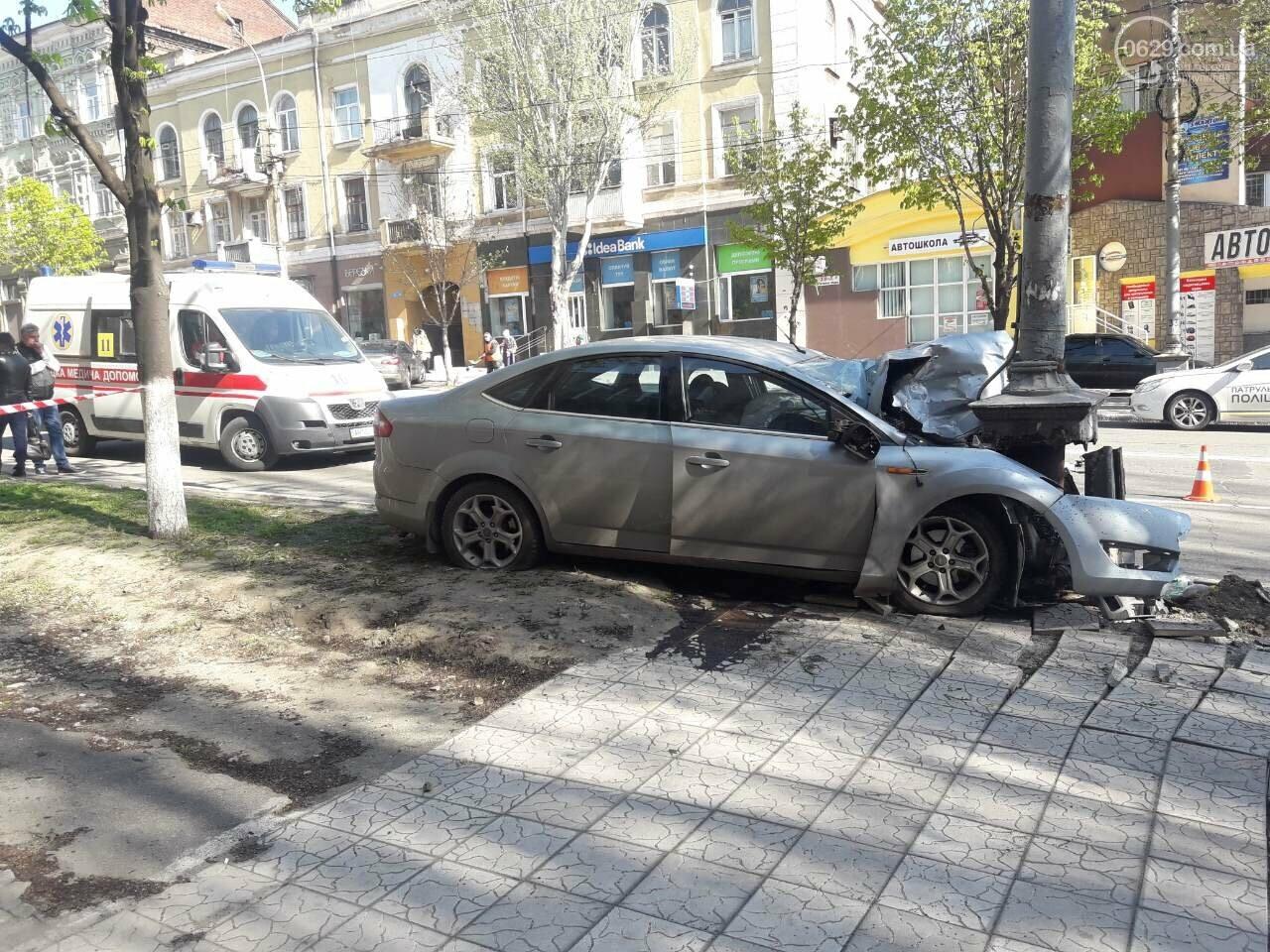 В Мариуполе «Форд» врезался в столб. Водитель погиб, - ФОТО, ВИДЕО, 18+, фото-4