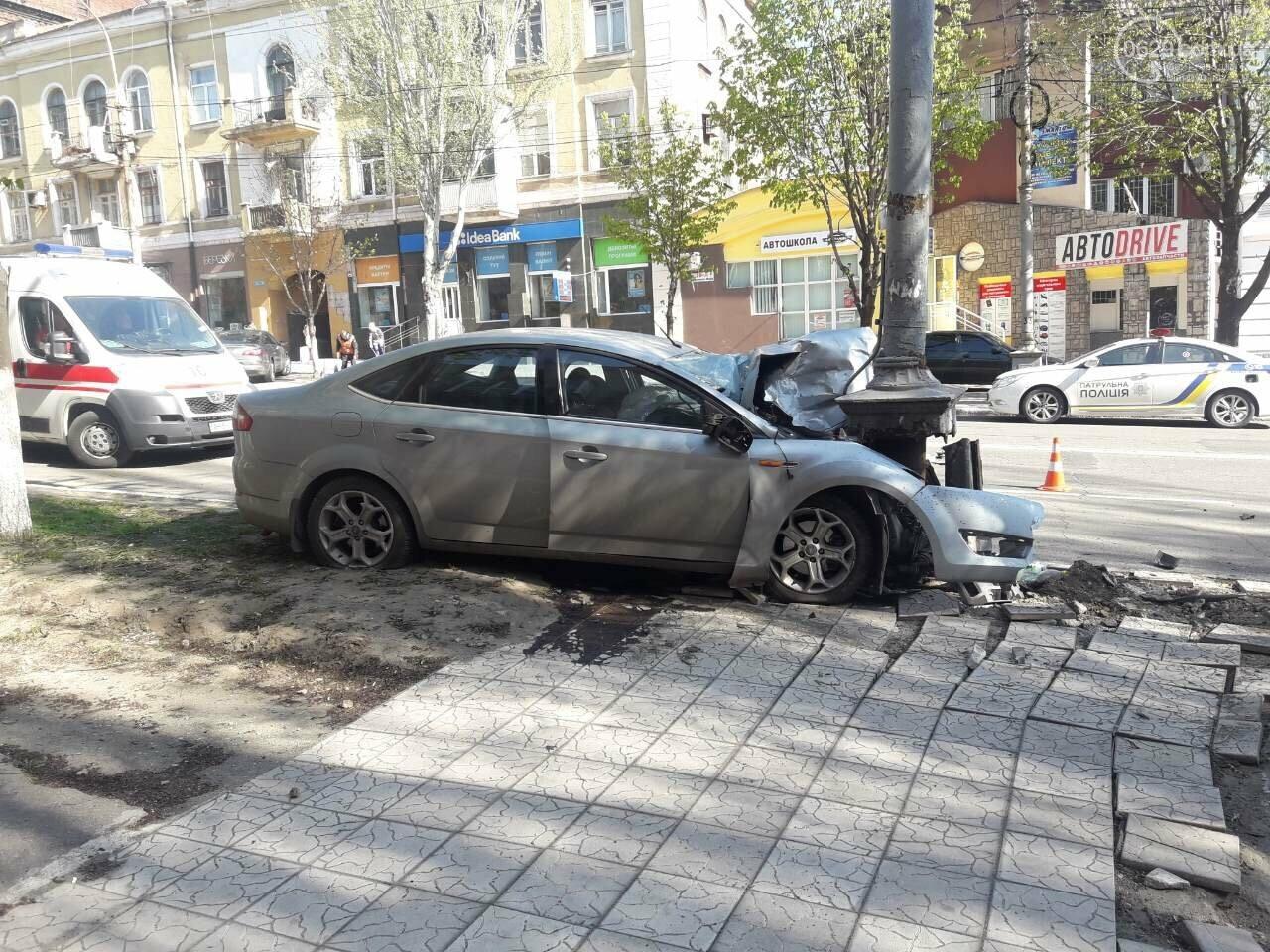 В Мариуполе «Форд» врезался в столб. Водитель погиб, - ФОТО, ВИДЕО, 18+, фото-3