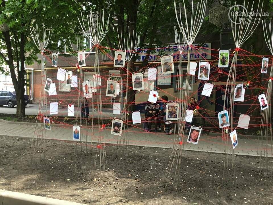В Мариуполе накануне 9 мая появилась инсталляция с фотографиями погибших в войне с Россией, - ФОТО, ВИДЕО, фото-13