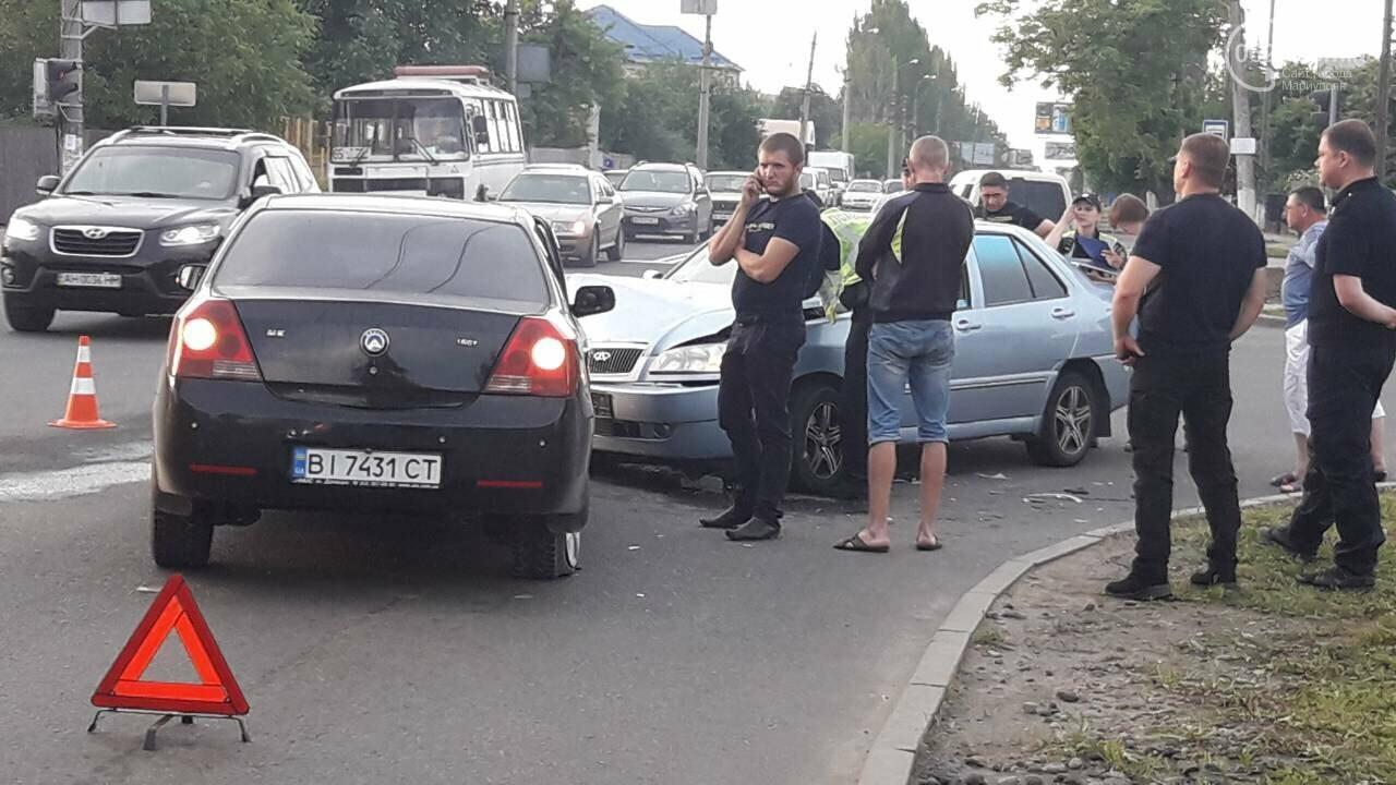 В Мариуполе на опасном перекрестке столкнулись легковые авто ,-ФОТО, фото-3