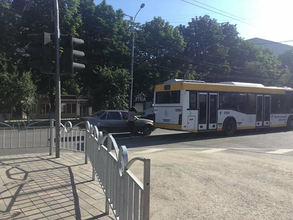 В центре Мариуполя авария затруднила  движение транспорта на пр. Мира,-Фотофакт, ВИДЕО, фото-1