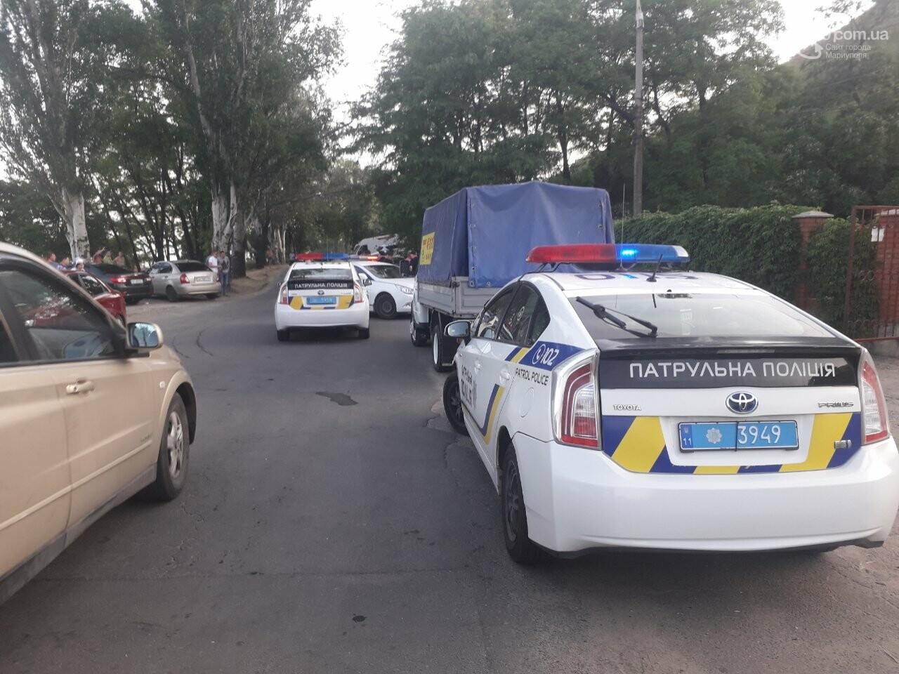 В Мариуполе возле пляжа полицейские уложили лицом в землю трех мужчин, - ВИДЕО, фото-1