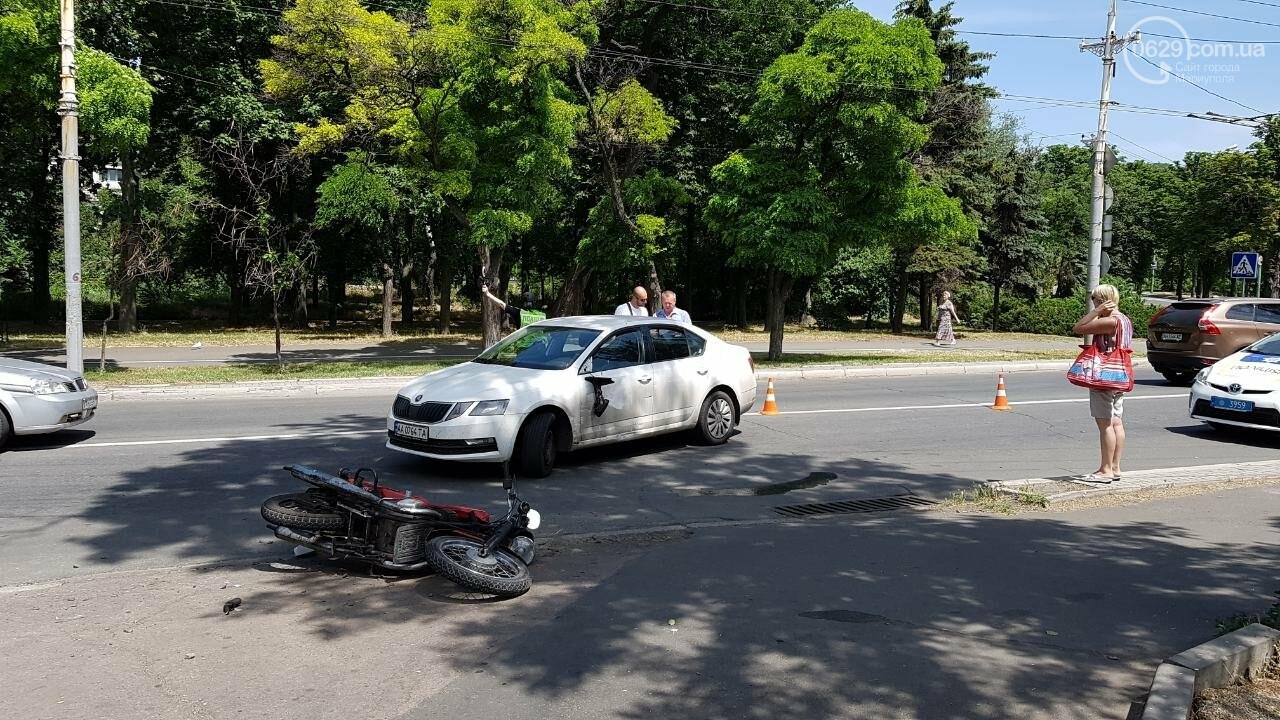 "В Мариуполе мотоцикл столкнулся со ""Шкодой"". Пострадал мужчина, - ФОТО, фото-2"