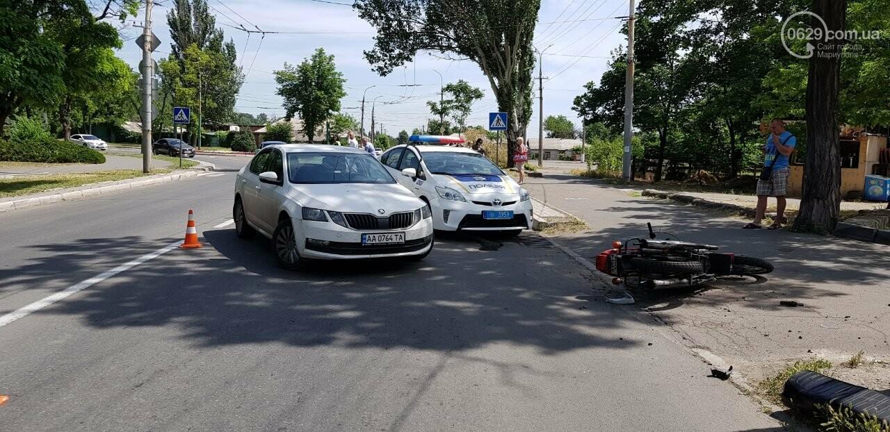 "В Мариуполе мотоцикл столкнулся со ""Шкодой"". Пострадал мужчина, - ФОТО, фото-1"
