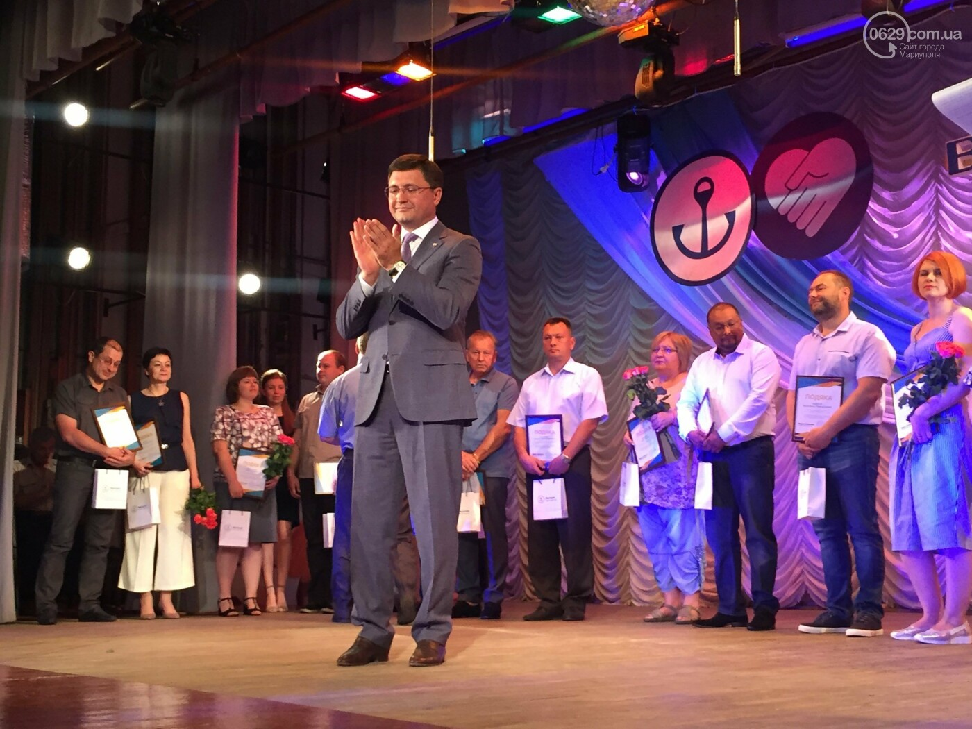 В Мариуполе поздравили людей самой нужной и благородной профессии, -ФОТО, ВИДЕО, фото-10