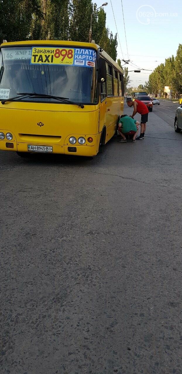 Дубль два! В Мариуполе у маршрутки на ходу отлетели колеса, - ФОТО, фото-4