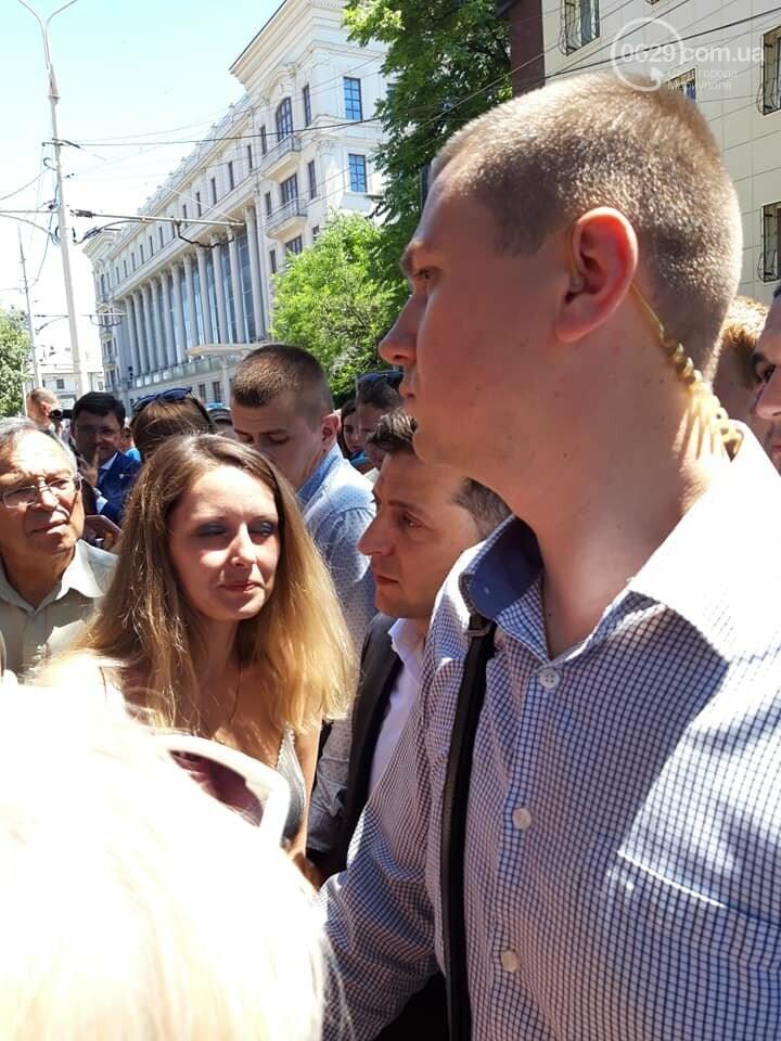 В Мариуполе Владимиру Зеленскому передали шокирующие фотографии, -ВИДЕО, фото-2