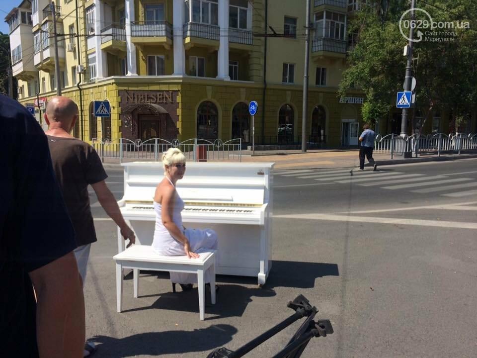 В Мариуполе белое пианино на проезжей части вызвало ажиотаж, - ФОТО, ВИДЕО, фото-2