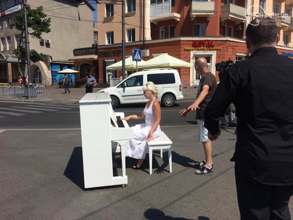 В Мариуполе белое пианино на проезжей части вызвало ажиотаж, - ФОТО, ВИДЕО, фото-1
