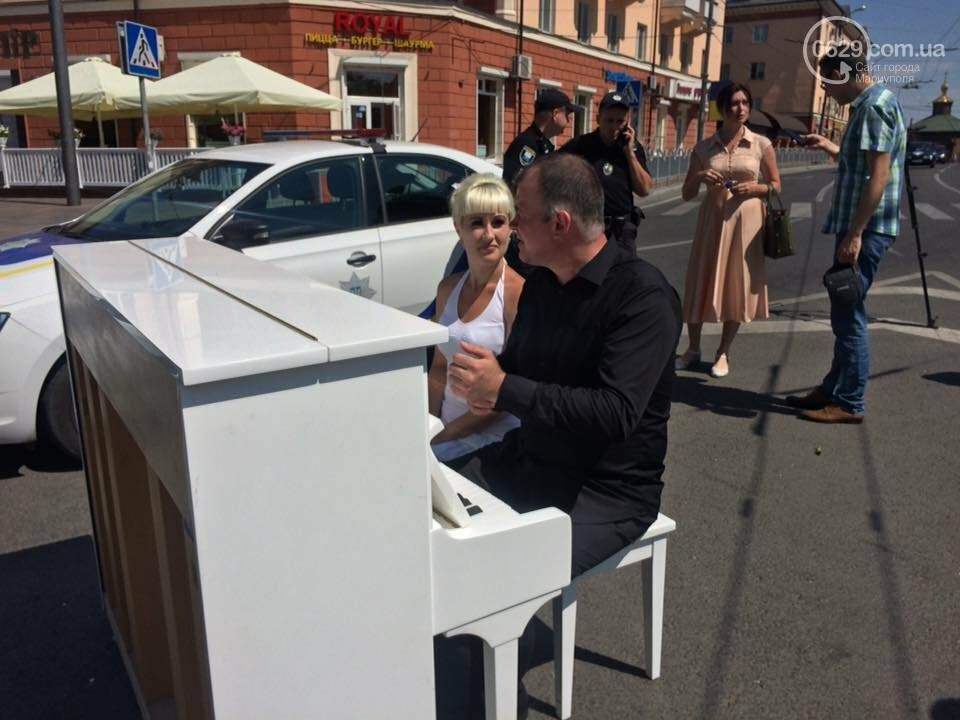 В Мариуполе белое пианино на проезжей части вызвало ажиотаж, - ФОТО, ВИДЕО, фото-5