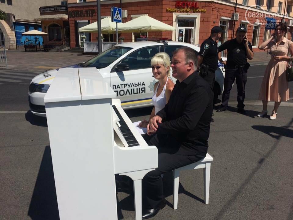 В Мариуполе белое пианино на проезжей части вызвало ажиотаж, - ФОТО, ВИДЕО, фото-8