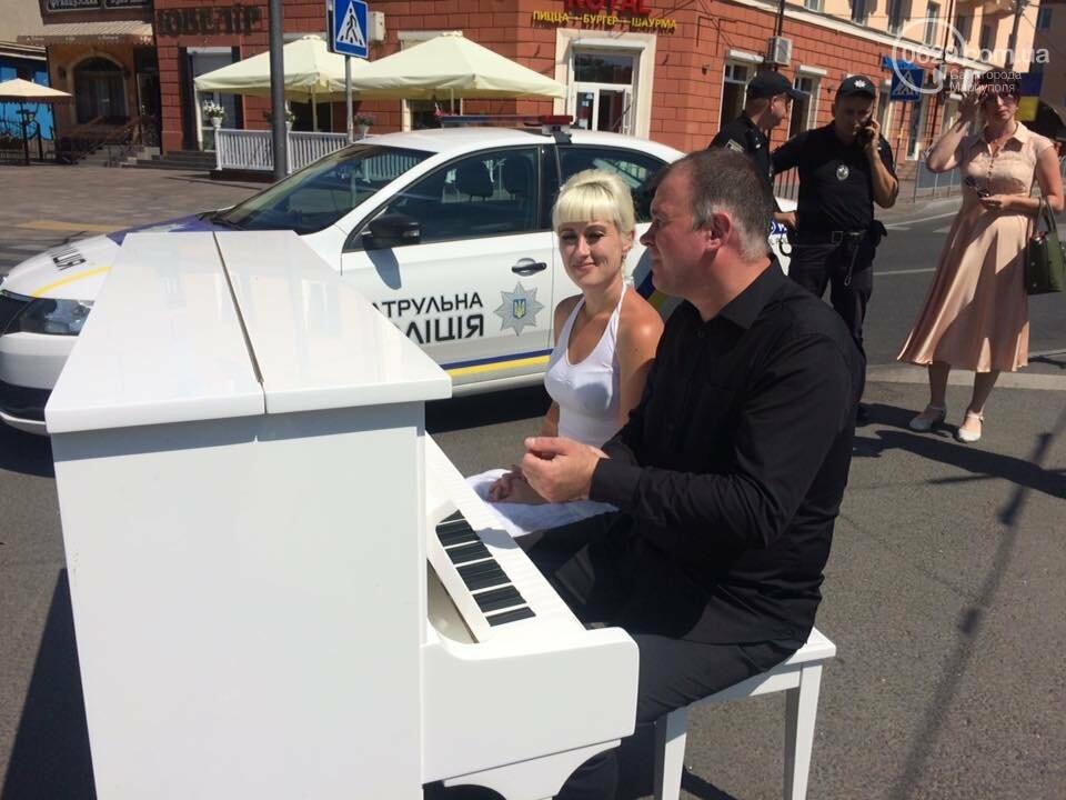 В Мариуполе белое пианино на проезжей части вызвало ажиотаж, - ФОТО, ВИДЕО, фото-6