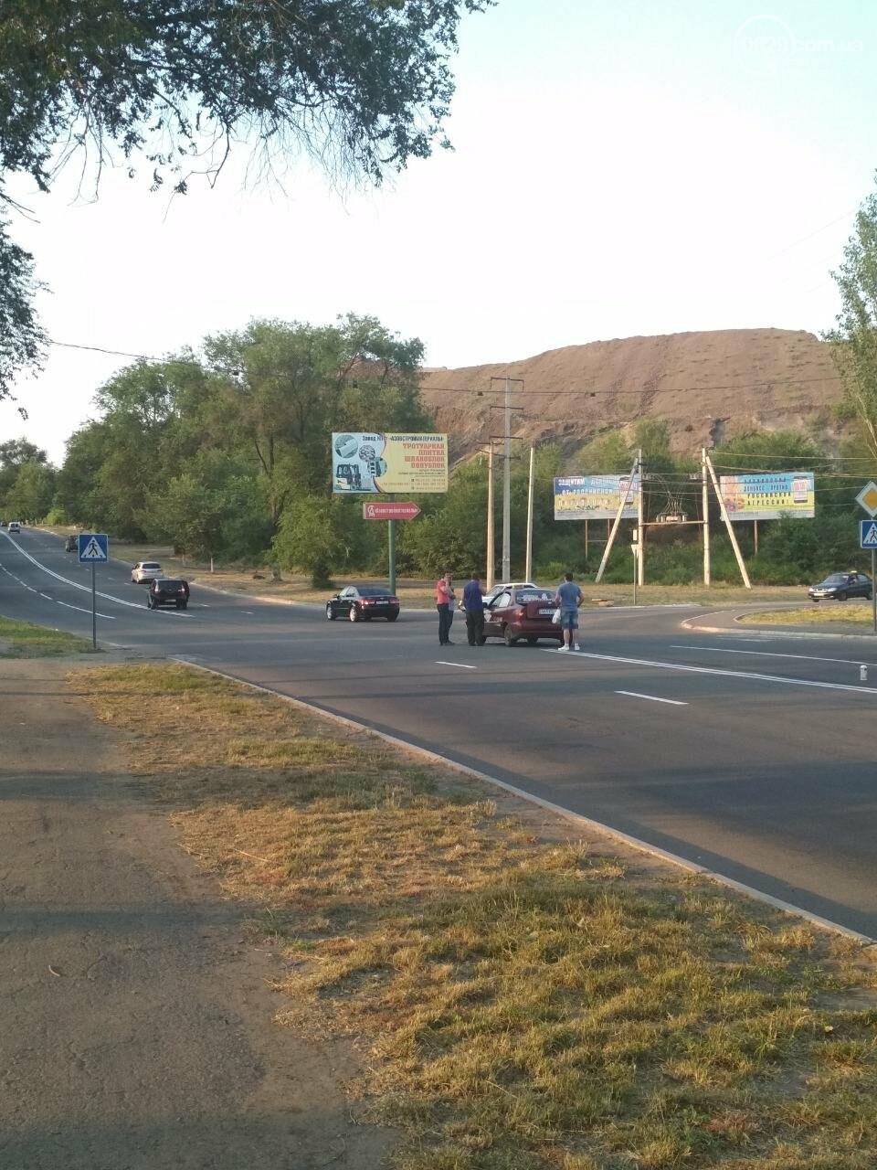 В Мариуполе иномарка столкнулась с такси, - ФОТО, фото-1