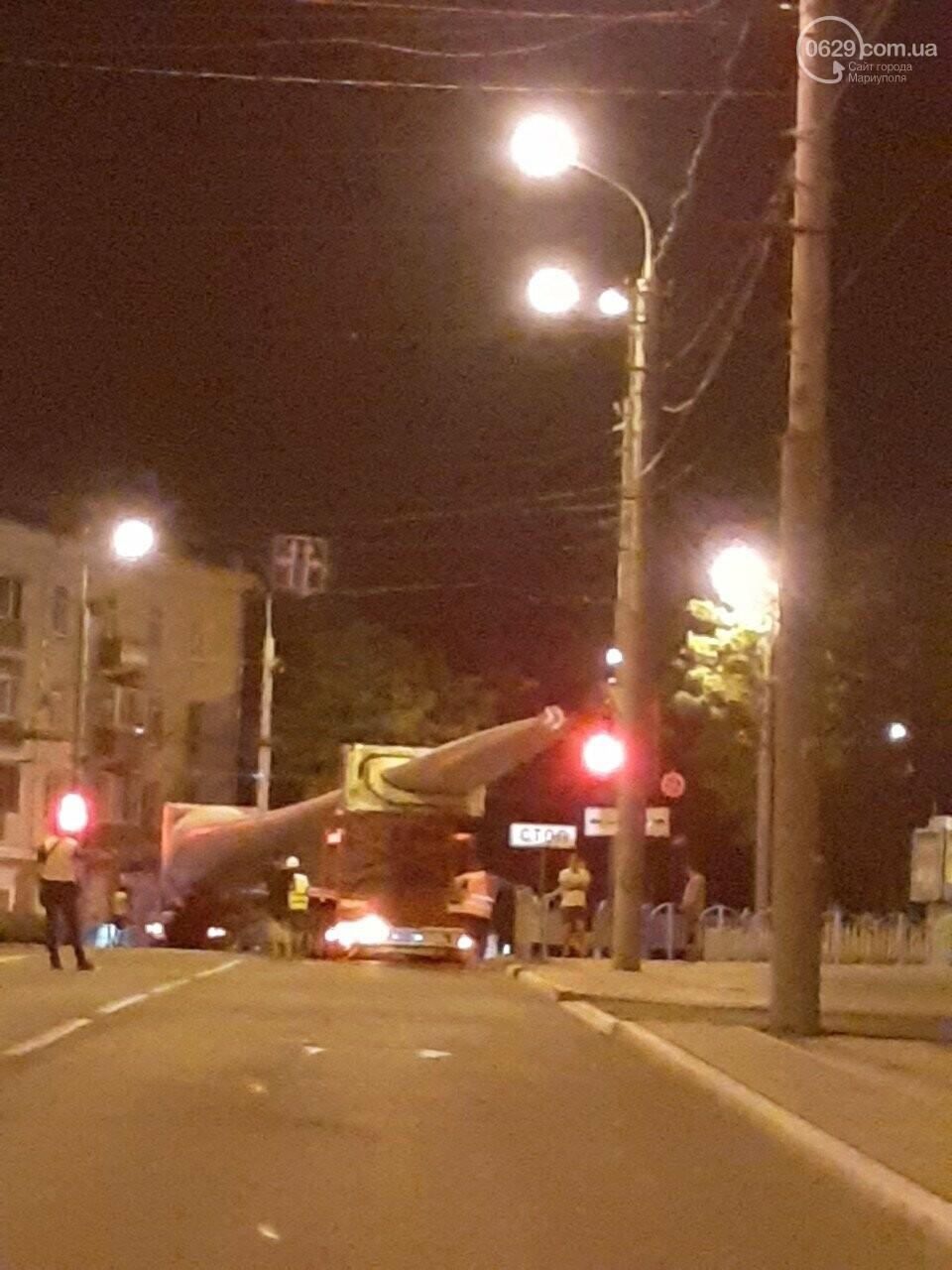 В центре Мариуполя застрял  длинномер, перевозивший лопасть  ветряка,-  Дополнено, ФОТО, ВИДЕО, фото-1