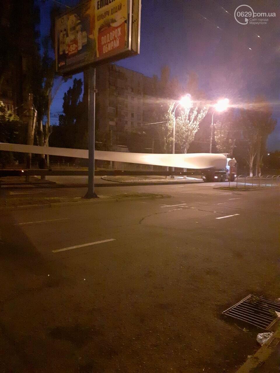 В центре Мариуполя застрял  длинномер, перевозивший лопасть  ветряка,-  Дополнено, ФОТО, ВИДЕО, фото-4