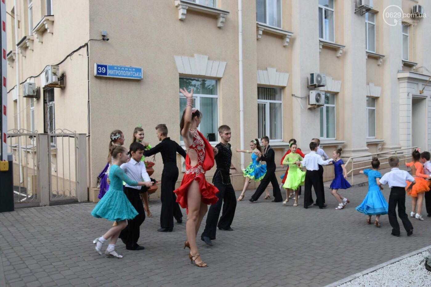 """Спасение """"Зироньки"""": в  Мариуполе дети устроили танцевальный флешмоб под зданием мэрии, - ФОТО, фото-7"""