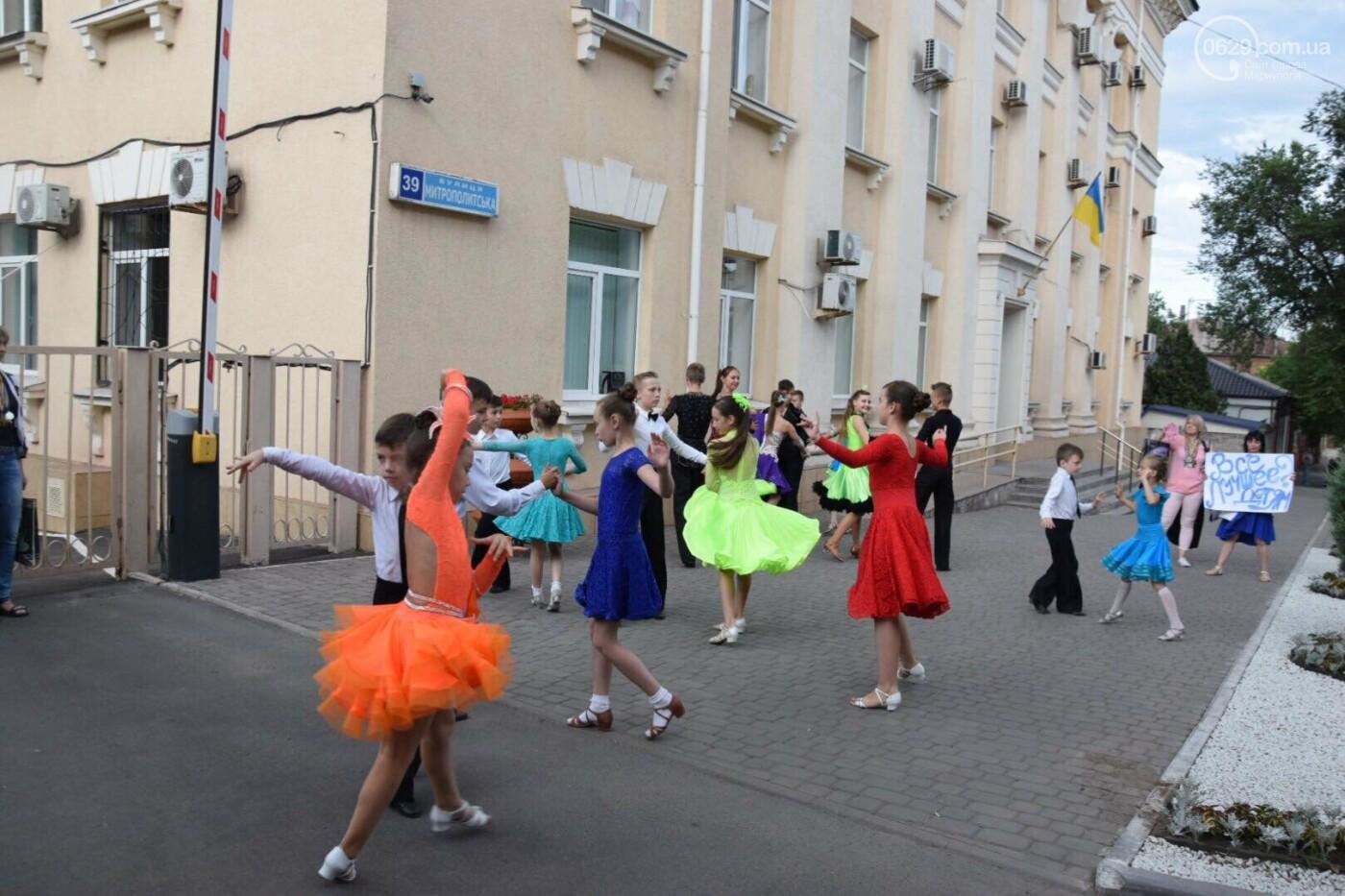 """Спасение """"Зироньки"""": в  Мариуполе дети устроили танцевальный флешмоб под зданием мэрии, - ФОТО, фото-3"""