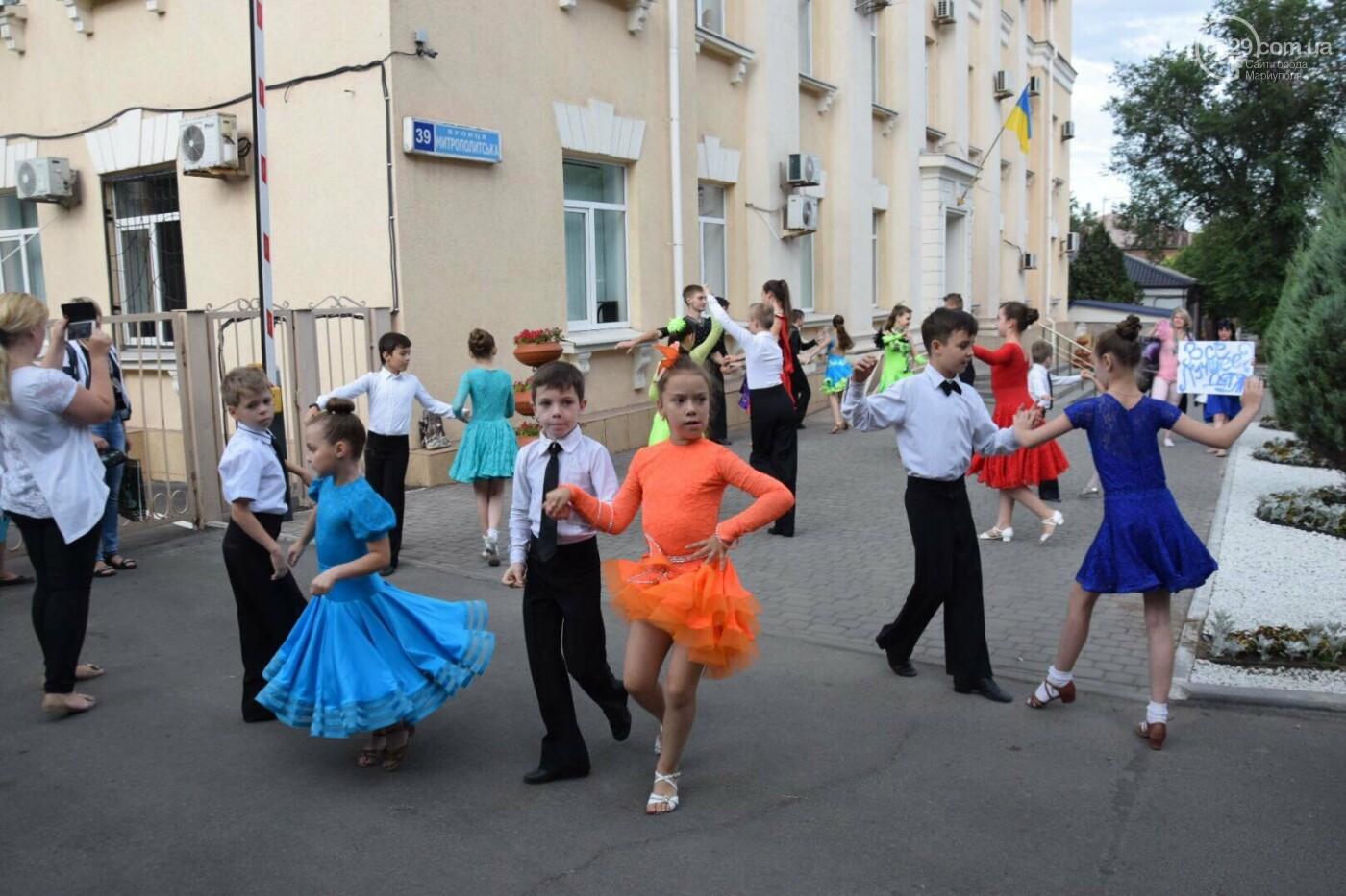 """Спасение """"Зироньки"""": в  Мариуполе дети устроили танцевальный флешмоб под зданием мэрии, - ФОТО, фото-4"""
