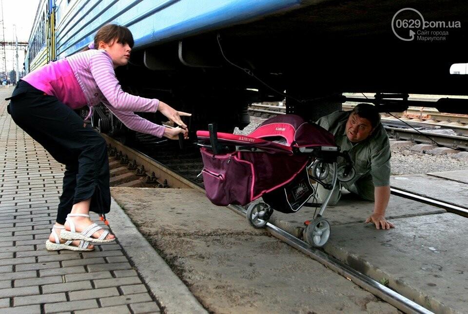 Случай на ж/д вокзале: как горожане коляску под поездом проталкивали, - ФОТО, фото-1