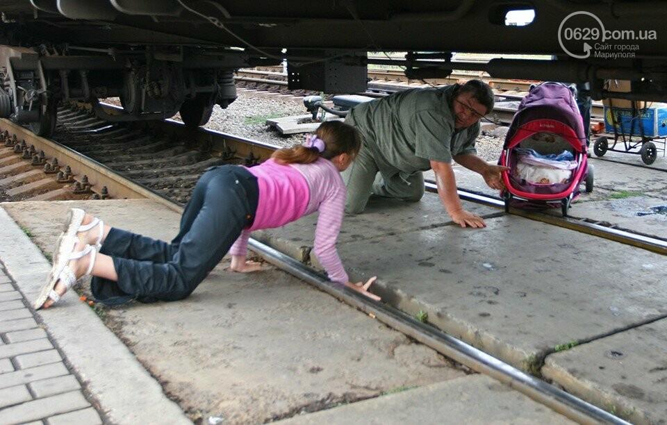 Случай на ж/д вокзале: как горожане коляску под поездом проталкивали, - ФОТО, фото-3