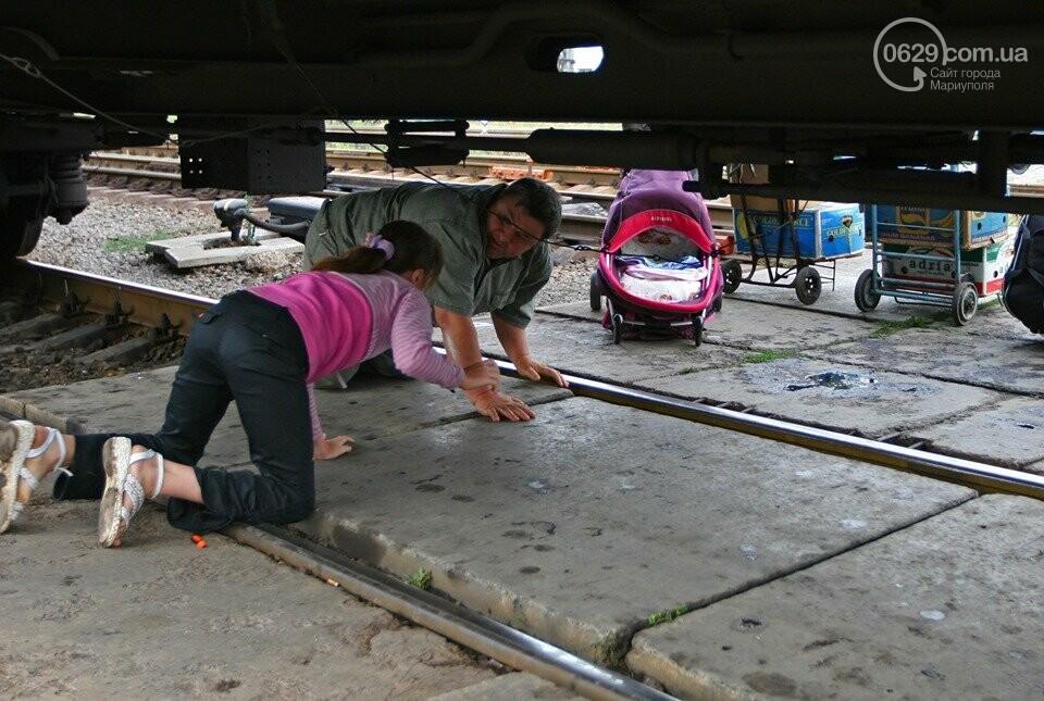 Случай на ж/д вокзале: как горожане коляску под поездом проталкивали, - ФОТО, фото-4
