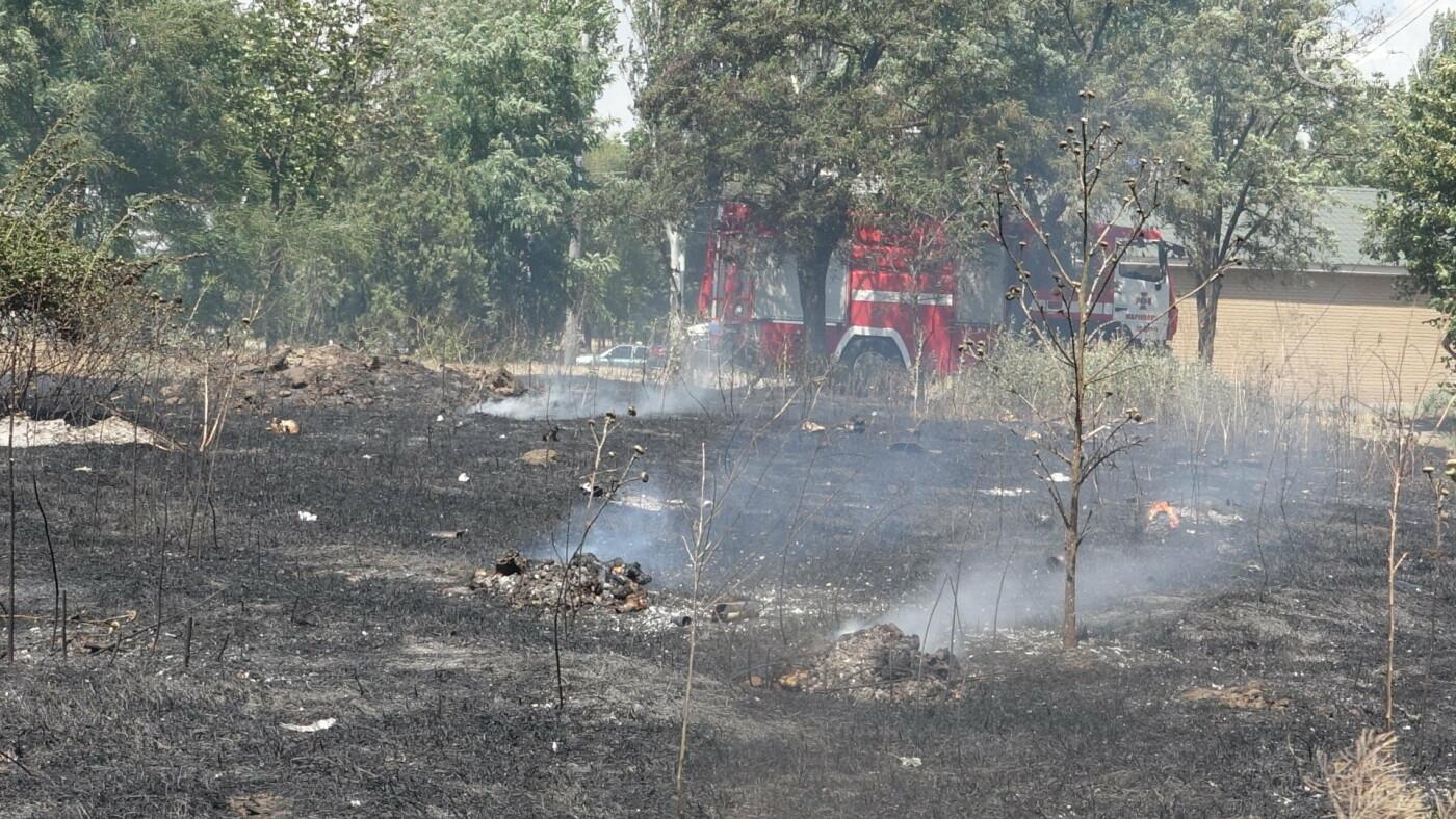 В Мариуполе за автостанцией выгорел гектар сухой травы, - ФОТО, ВИДЕО, фото-16