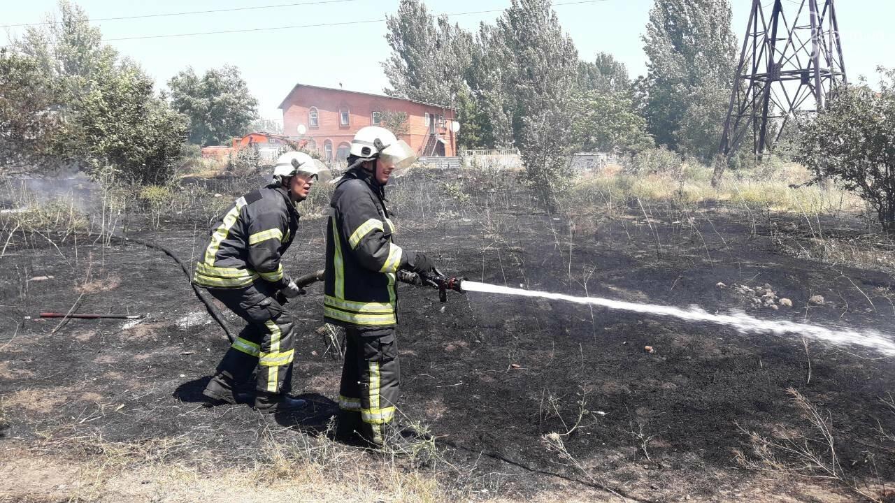 В Мариуполе за автостанцией выгорел гектар сухой травы, - ФОТО, ВИДЕО, фото-4