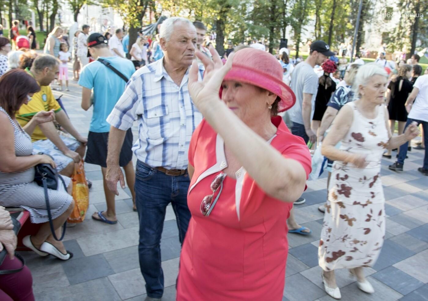 С Аленом Делоном в обнимку. 16 захватывающих фотографий со Дня Франции в Мариуполе, - ФОТОРЕПОРТАЖ, фото-5