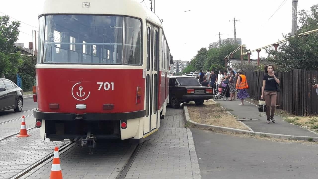 В Мариуполе столкнулись легковой автомобиль и трамвай, - ФОТО, ВИДЕО, фото-3