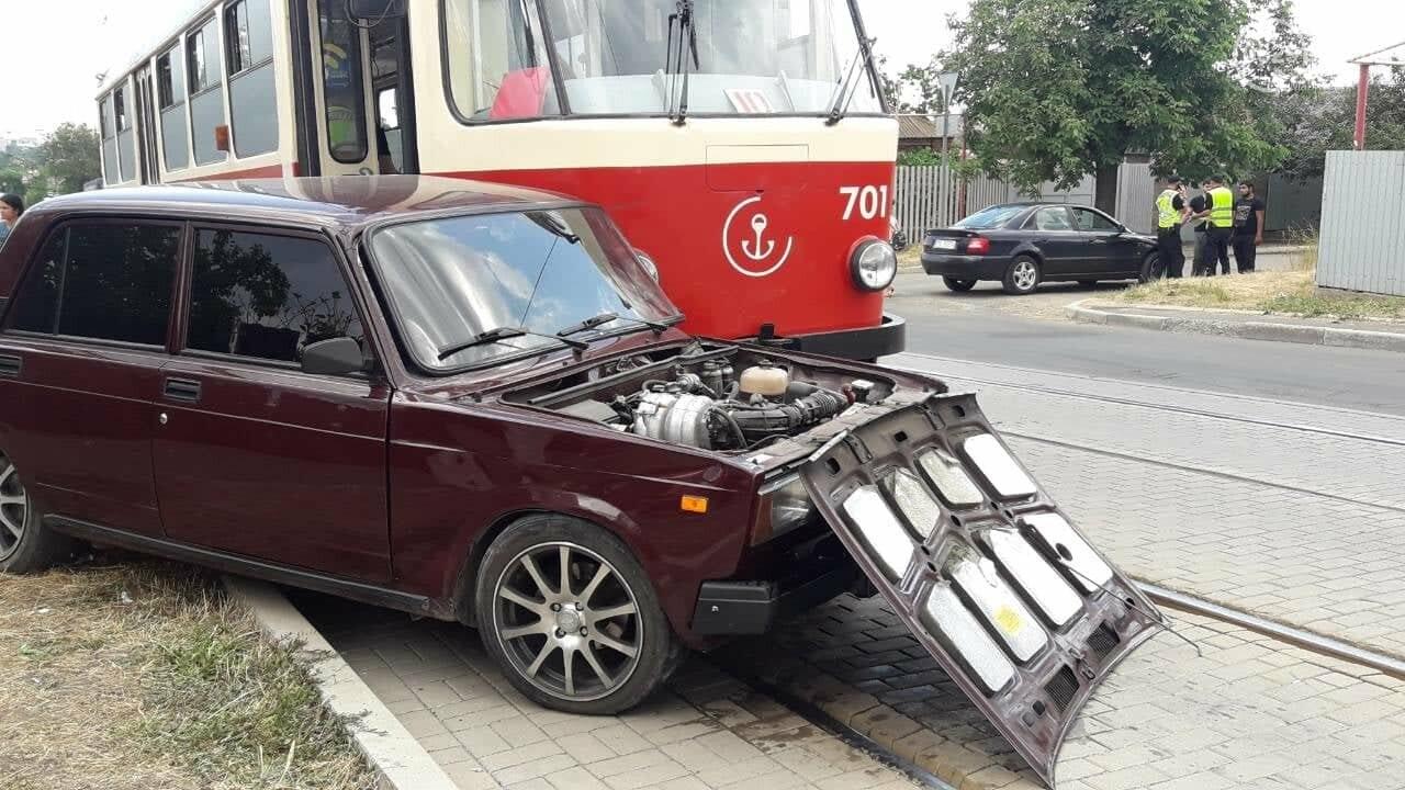 В Мариуполе столкнулись легковой автомобиль и трамвай, - ФОТО, ВИДЕО, фото-2