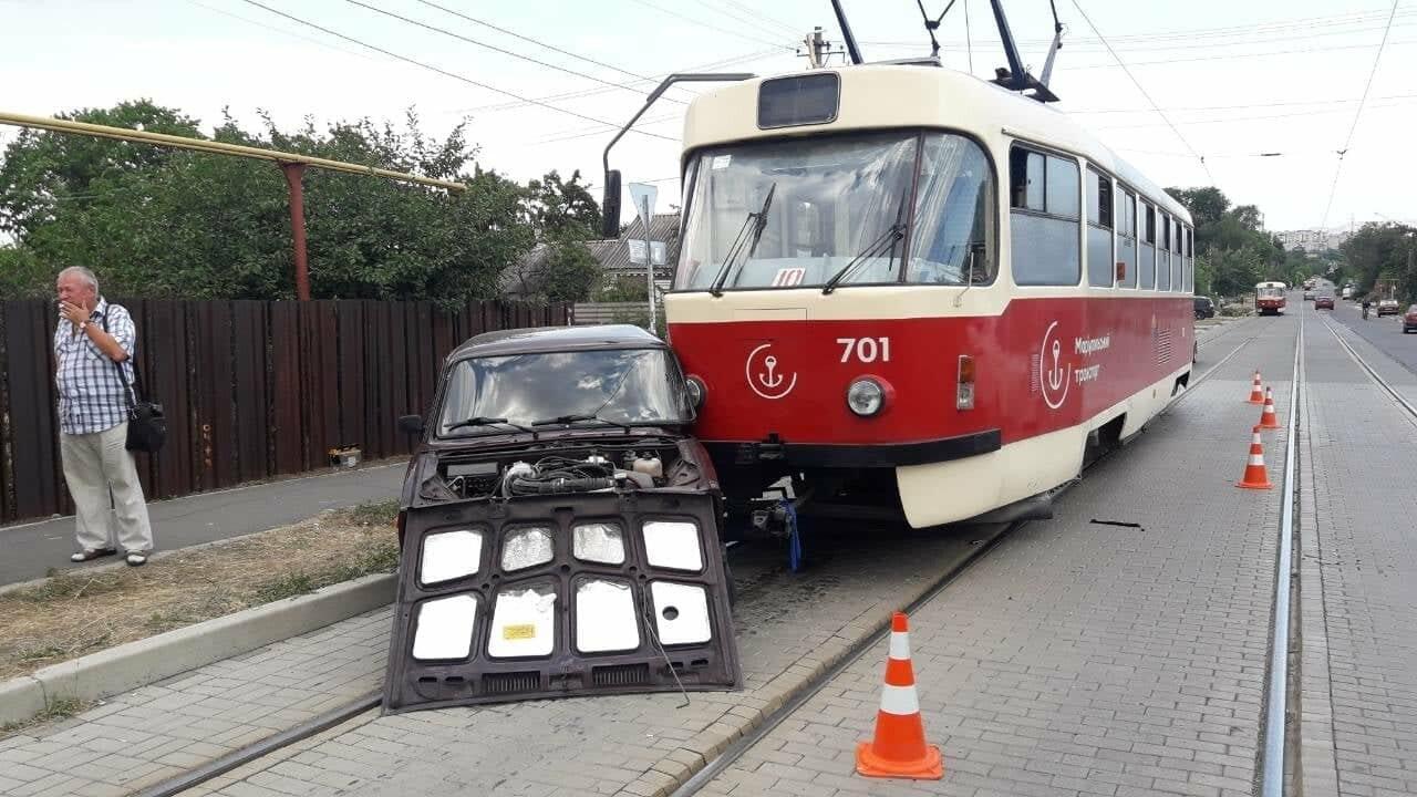 В Мариуполе столкнулись легковой автомобиль и трамвай, - ФОТО, ВИДЕО, фото-1