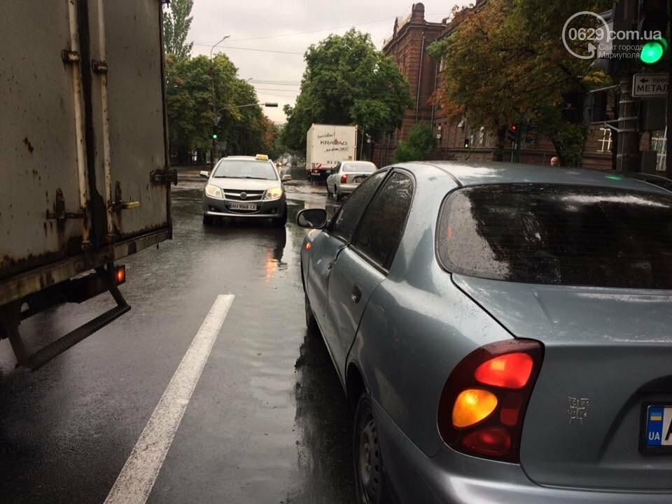 В Мариуполе  грузовик с колбасой  въехал  в легковушку,- ФОТО, ВИДЕО, фото-3