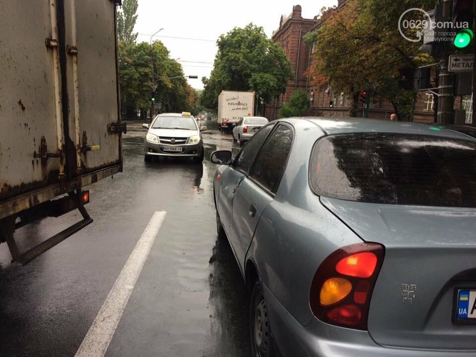 В Мариуполе  грузовик с колбасой  въехал  в легковушку,- ФОТО, ВИДЕО, фото-2