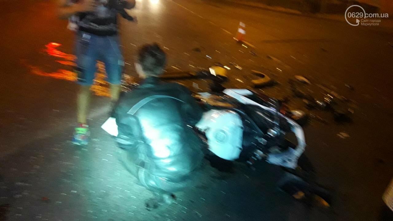 В центре Мариуполя мотоцикл столкнулся с кроссовером. Мотоциклиста увезла «скорая», - ФОТО, ДОПОЛНЕНО ВИДЕО, фото-1
