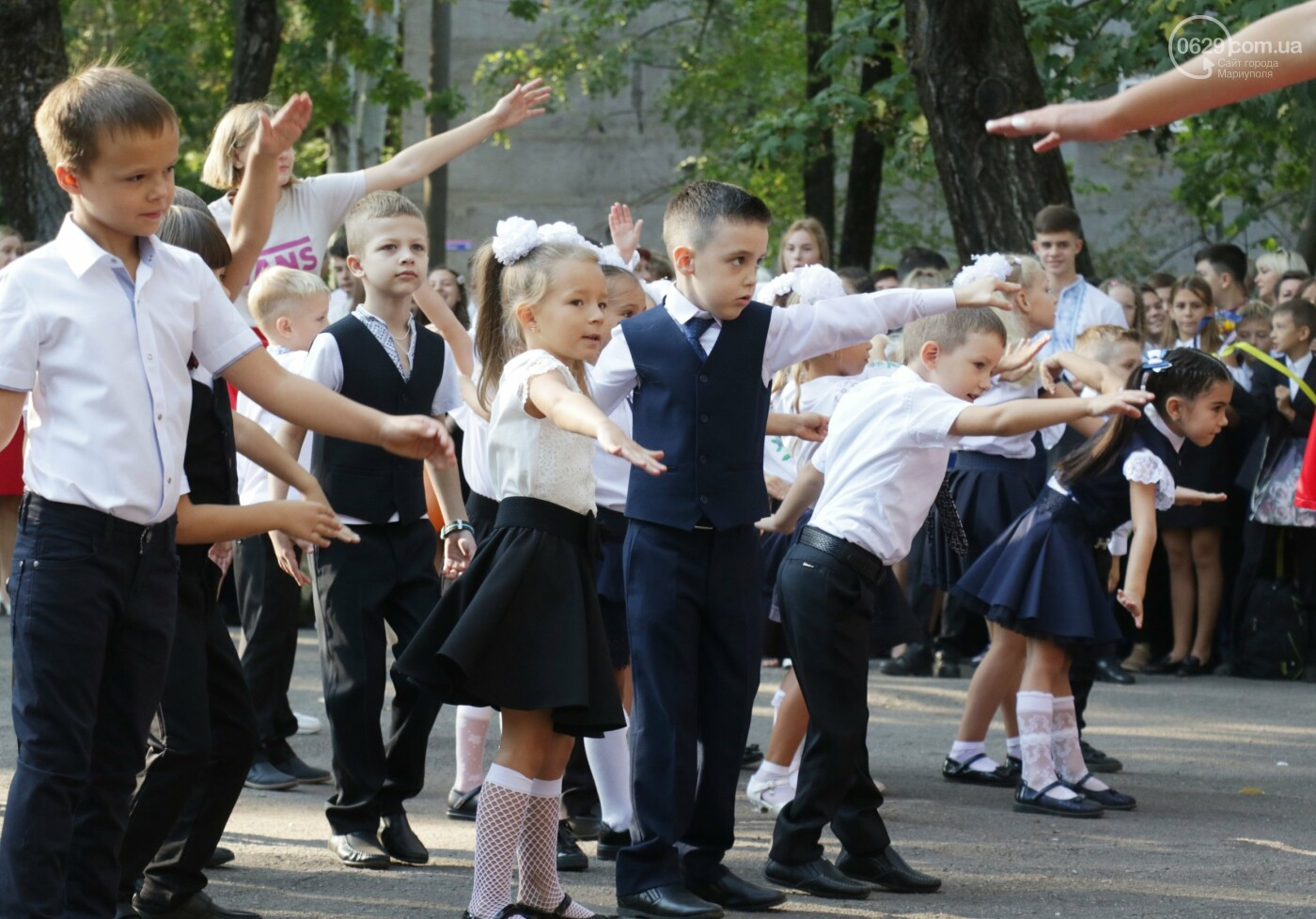 Первый звонок в Новой украинской школе: четыре тысячи первоклашек сели за парты в Мариуполе, - ФОТОРЕПОРТАЖ, фото-6
