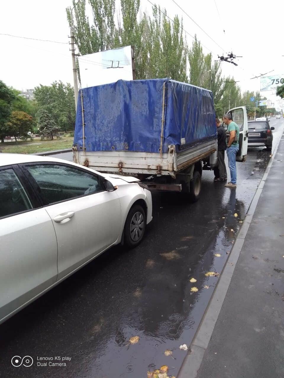 """В Мариуполе на скользской дороге иномарка столкнулась в """"Газелью"""", - ФОТО, фото-2"""
