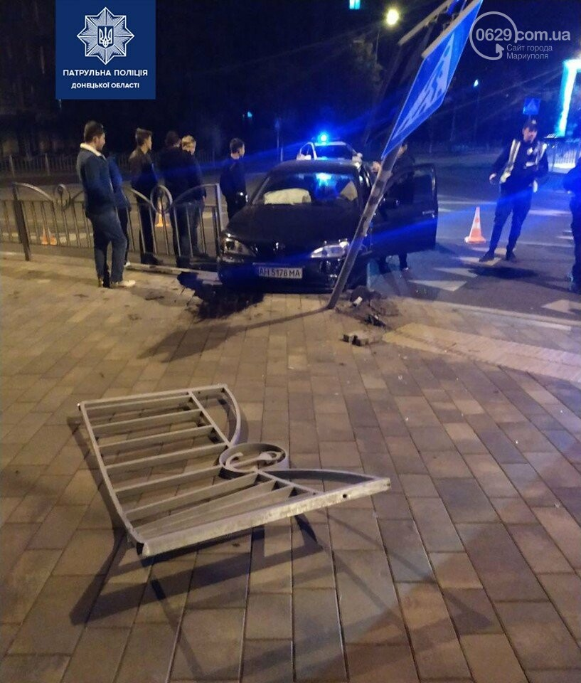 Мариупольцы протаранили забор возле театра, - ФОТО, фото-1